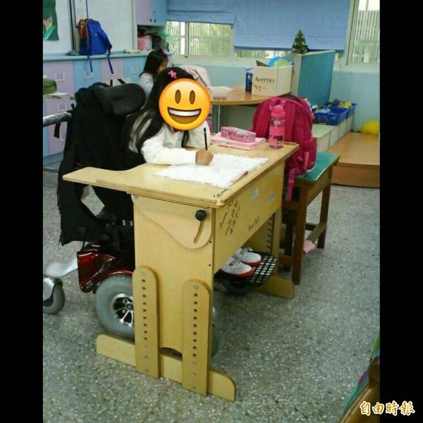 身障學生桌子比起一般生大不少(記者蕭婷方攝)