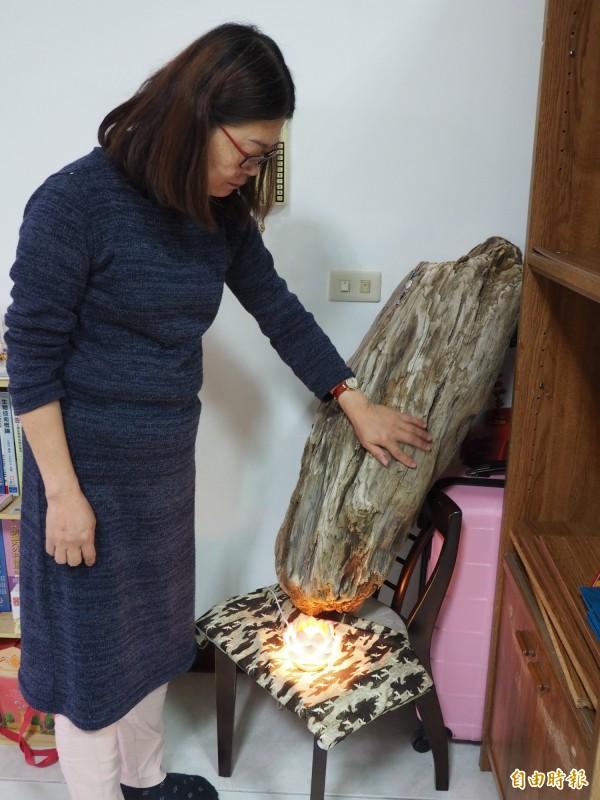 蔡邑敏母親直覺事發後從海邊撿回由蘭嶼方向漂來的漂流木,就代表著女兒。(記者王秀亭攝)