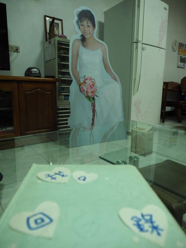 蔡邑敏追思會的人形立板及其生前製作的回憶錄成了父母思念女兒的物品。(記者王秀亭攝)
