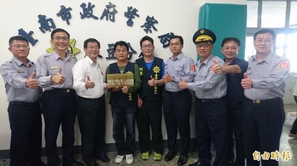 台南市警察局長黃宗仁(右3)下午趕到麻豆警分局頒破案茶,慰勉分局長楊青垂(左2)等員警辦案的辛勞。(記者楊金城攝)