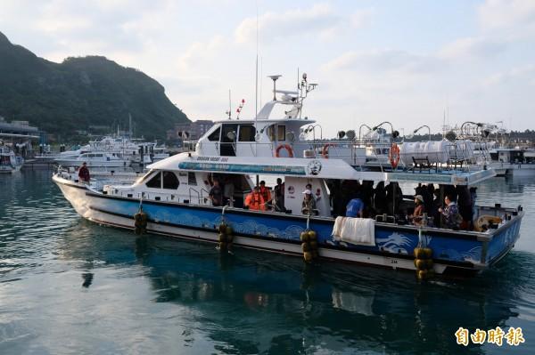 小抹香鯨從基隆碧砂漁港搭鉅隆號出海,到基隆嶼海域野放。(記者林欣漢攝)