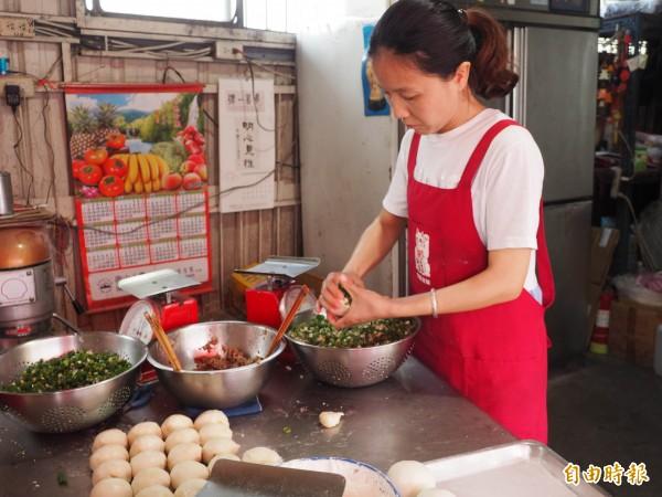 工作人員熟練地包胡椒餅。(記者陳鳳麗攝)