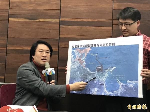 林右昌(左)指出,深澳電廠過去對基隆衝擊最大的是卸煤碼頭,原本要蓋在基隆海科館旁的番仔澳灣,這次環差評估已改到深澳灣。(記者林欣漢攝)