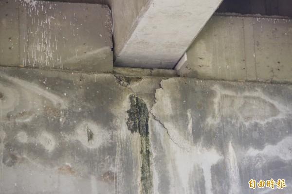 榮林陸橋編號P7的橋柱與橋梁間接縫有明顯裂縫。(記者曾迺強攝)