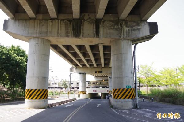 榮林陸橋編號P7的橋柱。(記者曾迺強攝)