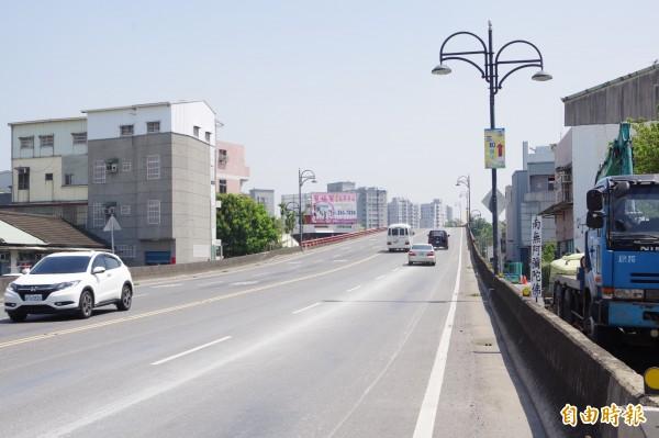 榮林陸橋是往來國道1號大林交流道、大林慈濟醫院及通往梅山鄉等山區的要道之一。(記者曾迺強攝)