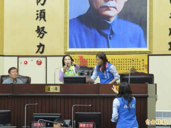 議員王家貞(上右)衝上主席台,與主席唐碧娥(上中)爭論。(記者蔡文居攝)