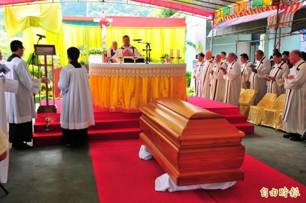 潘世光神父奉獻台灣60年,今天舉辦追思彌撒,吸引大批曾受過神父幫助的人們回到天主堂懷念老神父。(記者花孟璟攝)