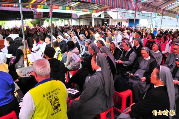 潘世光神父奉獻台灣60年,今天舉辦追思彌撒,超過500名教友懷念這位老神父。(記者花孟璟攝)