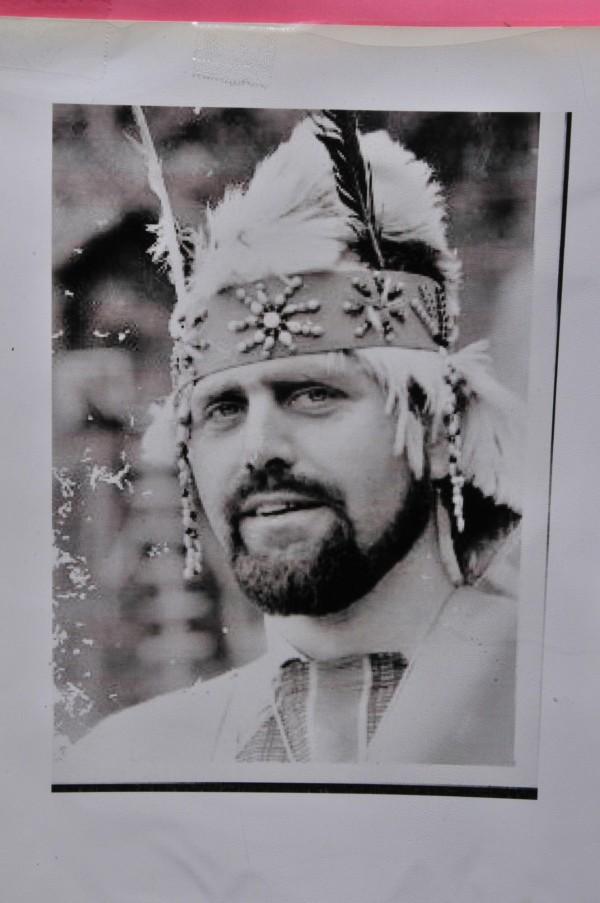 潘世光年輕時相當帥氣,留著性格絡腮鬍喜歡穿阿美族服裝,騎著打檔車深入部落傳教,為了融入阿美族文化,他從一句族語都不會,到1996年完成法語阿美語字典,許多族人都是因為神父才學會母語。(記者花孟璟攝)
