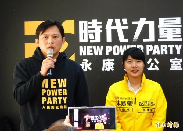 時代力量插旗台南,黨主席黃國昌(左)現身造勢,推薦首位提名的市議員參選人林易瑩。(記者吳俊鋒攝)