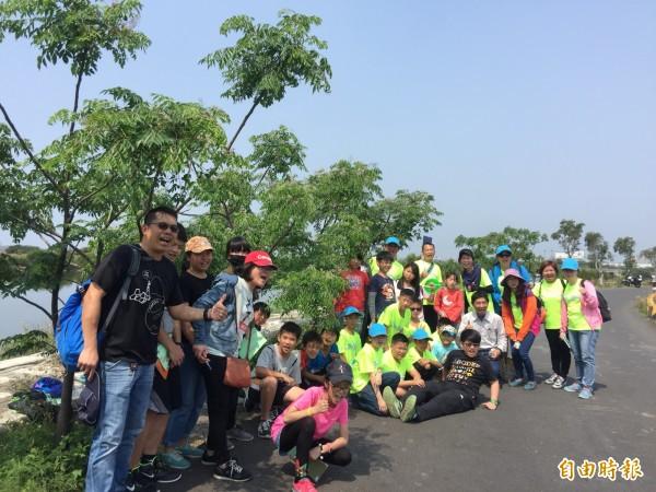 台江親子一起打造美麗的台江環村綠道─「紫楝綠道」。(記者蔡文居攝)