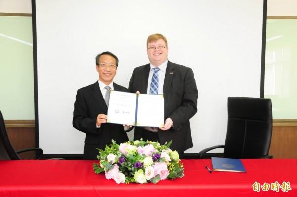 靜宜大學英文系與美國德州「達拉斯浸信會大學」簽訂雙聯學制。(記者張軒哲攝)
