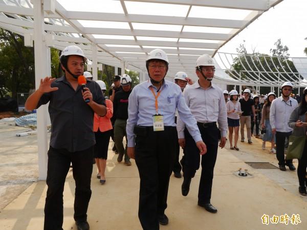 台北市長柯文哲(中)參觀台中花博園區。(記者張軒哲攝)
