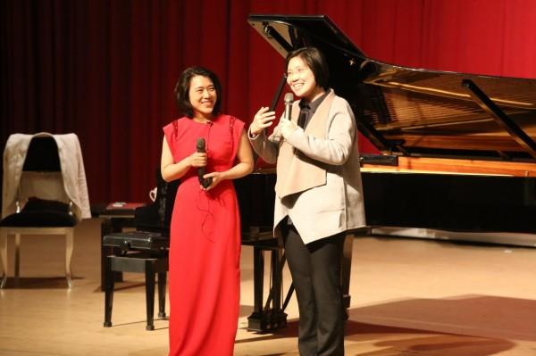 民國黨主席徐欣瑩(右)今天下午邀請享譽國際的華裔鋼琴家胡瀞云(左),在新竹縣竹東鎮樹杞林文化館舉辦國際級鋼琴大師班活動。(圖由徐欣瑩辦公室提供)