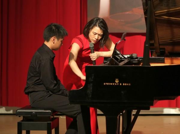 華裔鋼琴家胡瀞云(右)今天下午在新竹縣竹東鎮樹杞林文化館舉辦國際級鋼琴大師班活動,指導鋼琴學子演奏技巧。(圖由徐欣瑩辦公室提供)