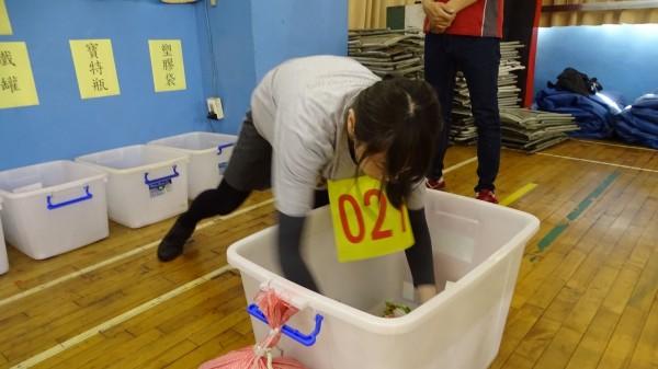 台中市環保局清潔隊臨時人員甄選,進行體能測試與資源回收分類測驗。(台中市環保局提供)
