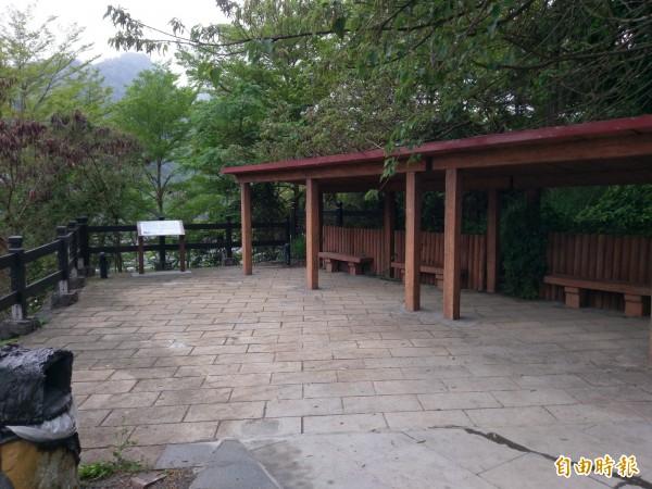 集集獅頭山登天步道入口的休憩涼亭,經過整理已變得煥然一新。(記者劉濱銓攝)