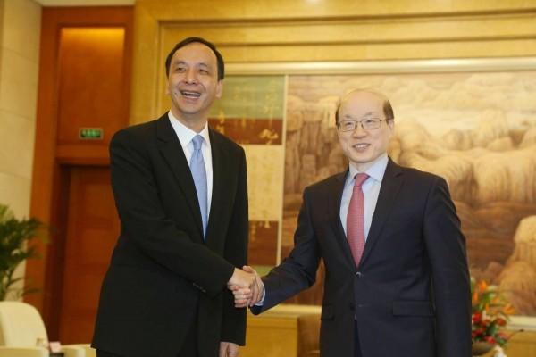 新北市長朱立倫(左)率團訪問中國,今天在上海會見新任國台辦主任劉結一(右)。(新北市政府提供)