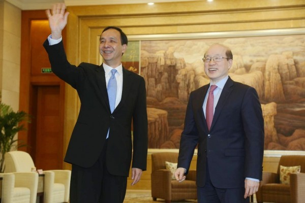新北市長朱立倫(左)今天在上海會見新任國台辦主任劉結一(右),重申九二共識,並強調兩岸持續交流、合作。(新北市政府提供)