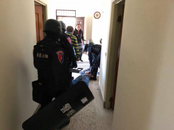 警方荷槍實戰攻堅進入張嫌藏身處逮人。(記者陳賢義翻攝)