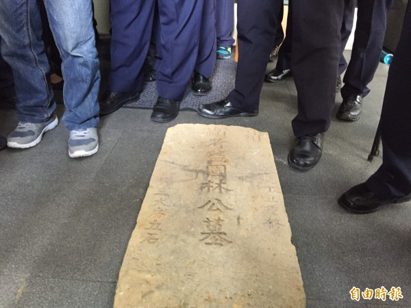 文史團體帶著嘉慶時期的墓碑到新北市政府抗議。(記者邱書昱攝)