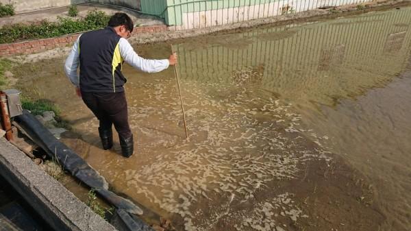 污染農地回復期,環保局由專人實地進入農田,確認農地恢復情況。(圖彰化縣環保局提供)