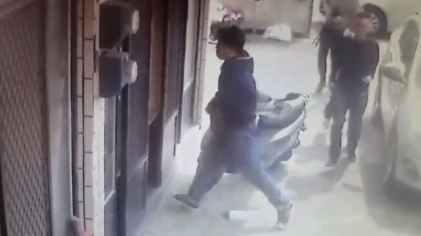 新竹縣劉姓夫妻住家的監視器拍下刑事局幹員在他們無人在家時,抵達進入搜索的「前段」畫面。(劉太太提供))