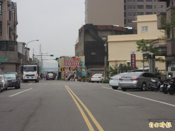 竹北市縣政十三路原設計15公尺寬,但接近福興路口時,道路突然縮減一半,如今路口瓶頸終於有解。(記者廖雪茹攝)
