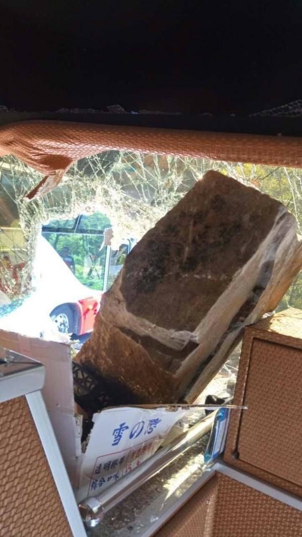 阿里山公路78.9公里處的十字路段邊坡,上午10點35分突落下長約1.5公尺、寬約50公分的石塊,不偏不倚砸中遊覽車上半部的前擋風玻璃,幸無人傷亡。(阿里山工務段提供)
