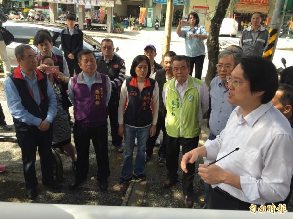 基隆市長林右昌(右)向民代與住戶表示,已爭取到前瞻計畫補助,拓寬工東街。(記者盧賢秀攝)