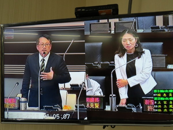 議員蔡旺詮(左)表示,市府必須釐清簡爭議,是否行政不中立,這民主政治的一條紅線,不能逾越。(記者蔡文居翻攝)