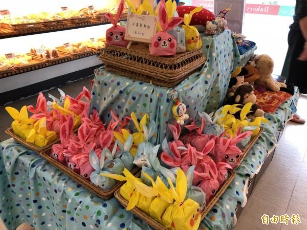 牧心烘焙坊門市的手工餅乾要準備送往台東弱勢兒少機構,開放民眾認捐。(記者王秀亭攝)