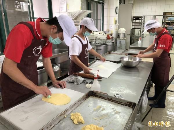 看見餅乾認捐達標,烘焙庇護工場學員加緊趕工製作手工餅乾,要在月底前送出。(記者王秀亭攝)