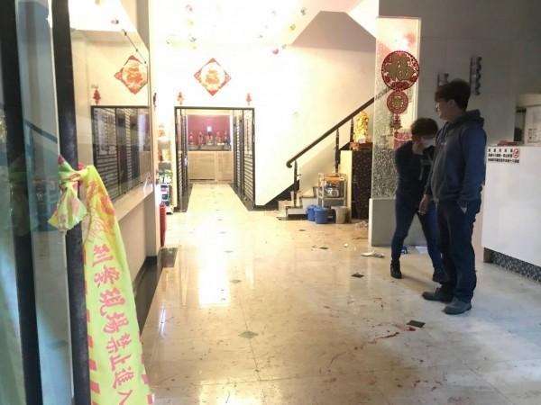 金門一家KTV發生客人鬥毆流血事件,警方到場時一方人馬離去,店家遭到波及也感無奈。(金門警方提供)