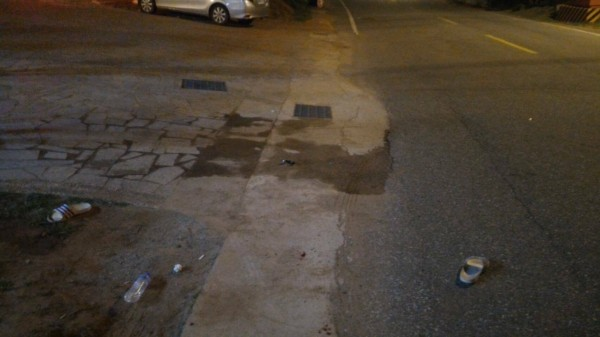金門一家KTV發生鬥毆流血事件,警方在戶外發現滋事者拖鞋。(金門警方提供)