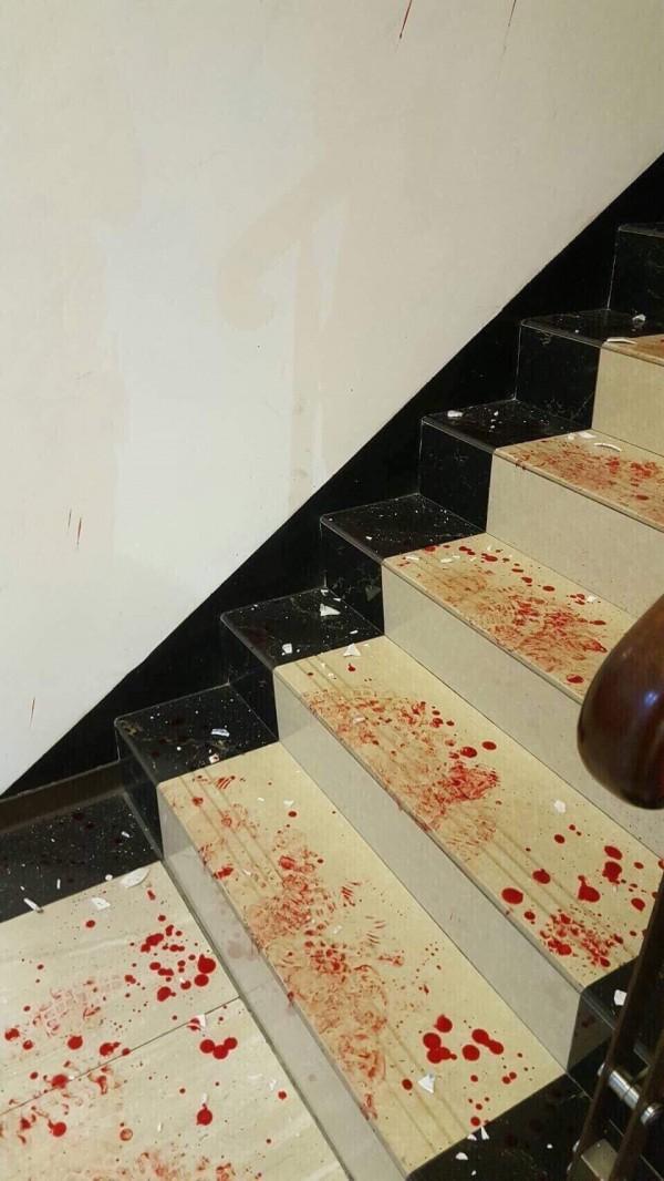 金門一家KTV發生鬥毆流血事件,現場樓梯血跡斑斑。(讀者提供)