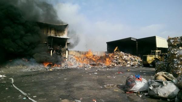 仁德區1間資源回收公司發生火警。(記者吳俊鋒翻攝)