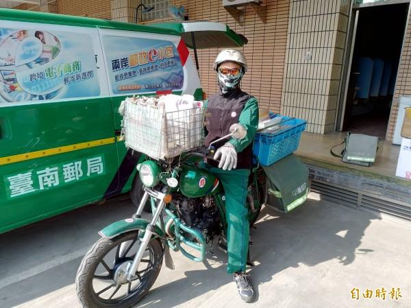 海角七號阿嘉為音樂放棄郵差工作,大內阿嘉卻是被狗咬還繼續送信,他說,送信看見台灣最美的風景-人情味,樂在工作。(記者王涵平攝)