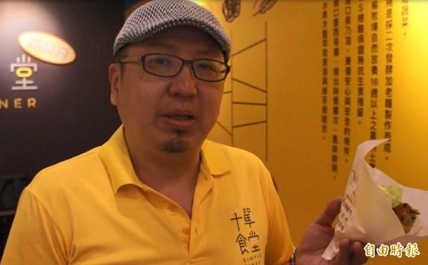 干單食堂老闆李啟榮說,連桃園機場都希望引進他們的麻花捲堡,目前還在洽談。(記者黃建豪攝)