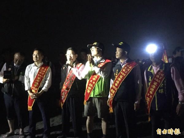包括彰化縣長魏明谷、彰化市長邱建富等3萬信徒,從昨天深夜跟著媽祖一直走了3小時的水路,在今天凌晨全數上岸。(記者顏宏駿攝)