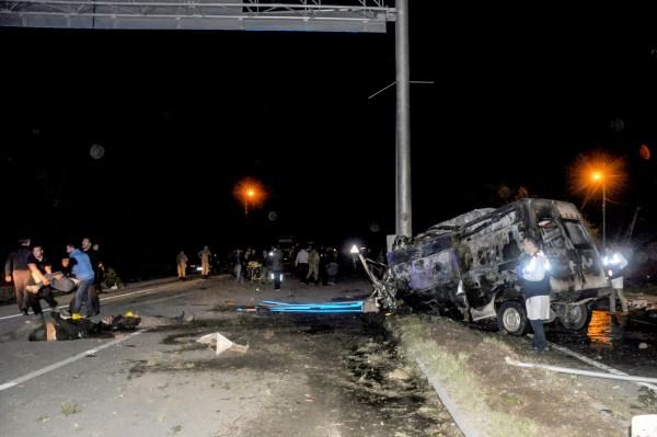 昨日晚間土耳其東部,一輛載有非法移民的公車撞到路燈後爆炸起火,造成車上17人死亡,36人受傷。(法新社)