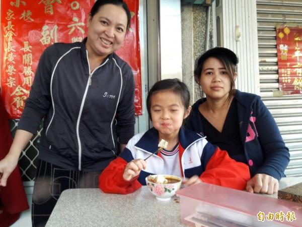 許多小朋友上學前都會先來吃碗粿,吃飽滿足了再上學。(記者廖淑玲攝)