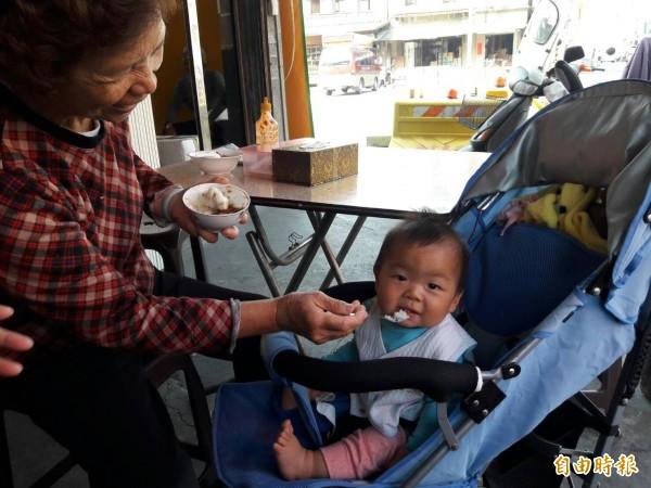 王媽媽碗粿的真材實料連阿嬤都會拿來餵小孫子。(記者廖淑玲攝)