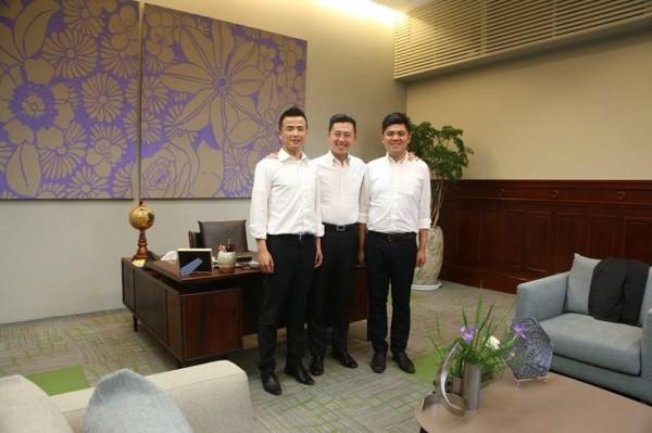 目前任職於新竹市政府市長室秘書陳建名(右)、曾文濤(左)今天都宣布,將個別投入西區、北區議員選舉,希望獲得民進黨提名。(記者王駿杰翻攝)