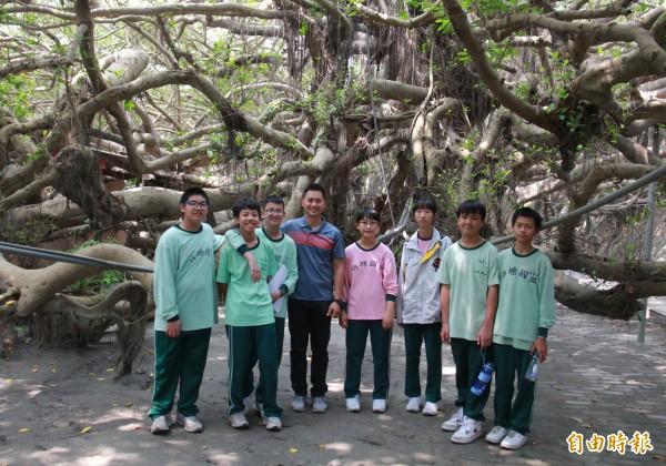 竹塘國中網博社成員與指導老師丁士珉(左4)回到九龍大榕公樹下,為詹老師祈福也分享得獎喜悅。(記者陳冠備攝)