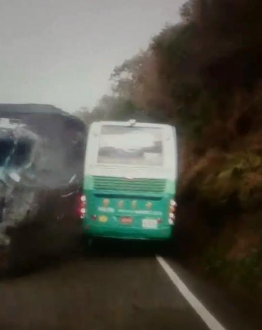 台9線發生大貨車、遊覽車對向擦撞事件。(記者陳彥廷翻攝)