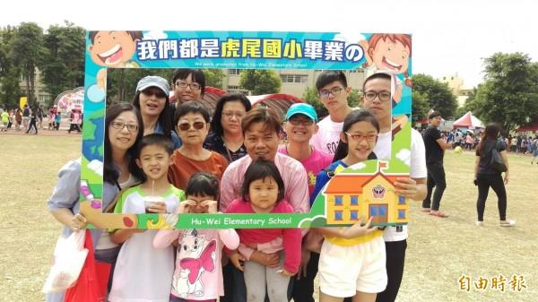 「我們都是虎尾國小畢業的」在虎尾農會服務的蔡青吟家族同時最多人參加奪冠。(記者廖淑玲攝)