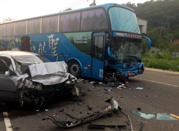 新竹縣115號縣道今天下午發生遊覽車與自小客車碰撞事故。(圖由新竹縣政府消防局提供)