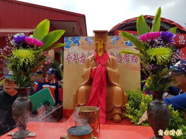 重頭戲恭迎千年古柏精雕高3米6、重百公斤的文昌帝君。(記者陳文嬋攝)